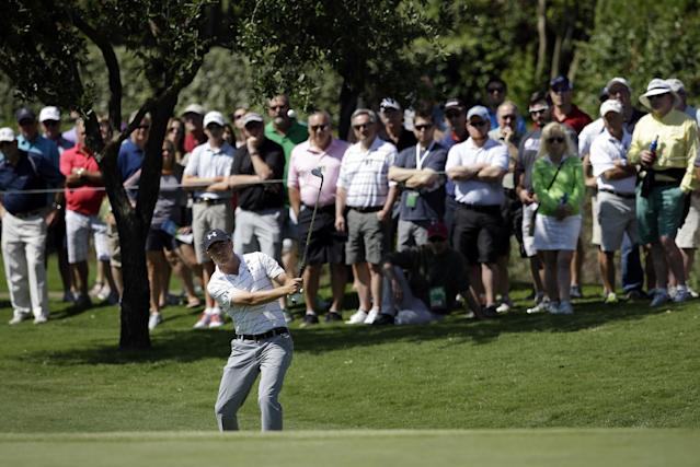 The gallery looks on as Jordan Spieth chips onto the third green during the opening round of the Byron Nelson Championship golf tournament, Thursday, May 15, 2014, in Irving, Texas. (AP Photo/Tony Gutierrez)