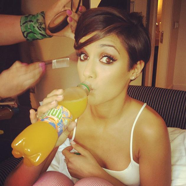Celebrity photos: Frankie Sandford showed off her gorgeous eyes in this cute snap of her getting ready for a Saturdays show. We kind of want to BE her.
