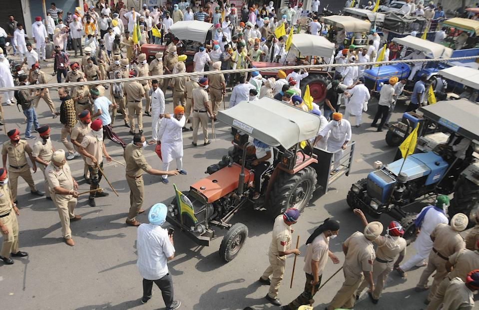 Police personnel forcefully stop the members of Kissan Sangharsh Committee, breaking the brigades during protest against Punjab Government over land acquisition for the Delhi-Katra Express Highway, near Punjab CM Capt Amarinder Singh Residence in Patiala on Friday, 30 April 2021.