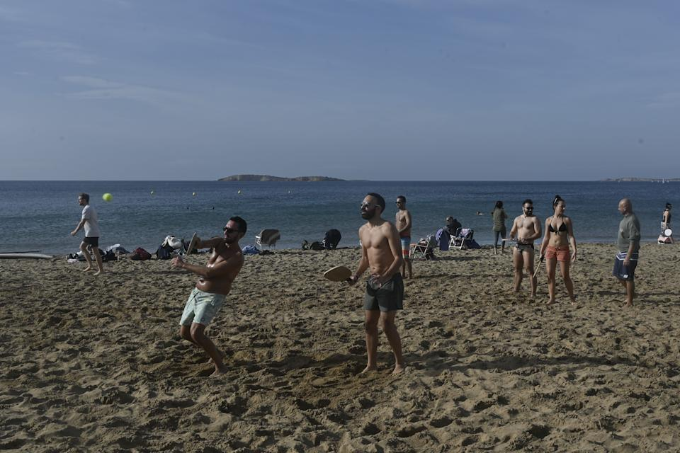 Caldo anomalo in Grecia, spiagge prese d'assalto (Photo by LOUISA GOULIAMAKI / AFP) (Photo by LOUISA GOULIAMAKI/AFP via Getty Images)