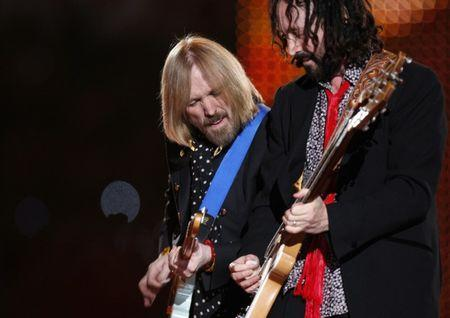 FILE PHOTO: Tom Petty (L) and guitarist Mike Campbell play with the band 'Tom Petty and the Heartbreakers' at halftime of the NFL's Super Bowl XLII football game between the New England Patriots and the New York Giants in Glendale, Arizona February 3, 2008. REUTERS/Lucy Nicholso