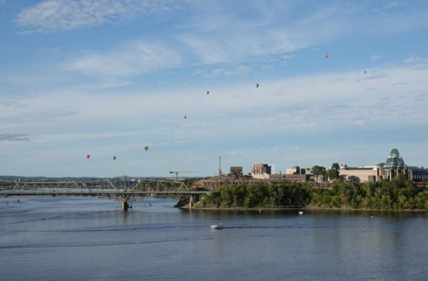 Hot air balloons take to the sky above Ottawa-Gatineau during the Festival de montgolfières de Gatineau on Sept. 5, 2021. (Frédéric-Pepin/Radio-Canada - image credit)