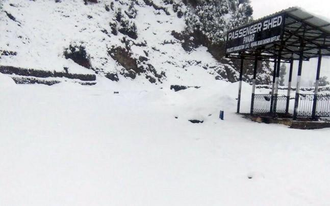 <p>The valley was cut off from the rest of the country as heavy snowfall led to blockage of roads and cancellation of flights. </p>