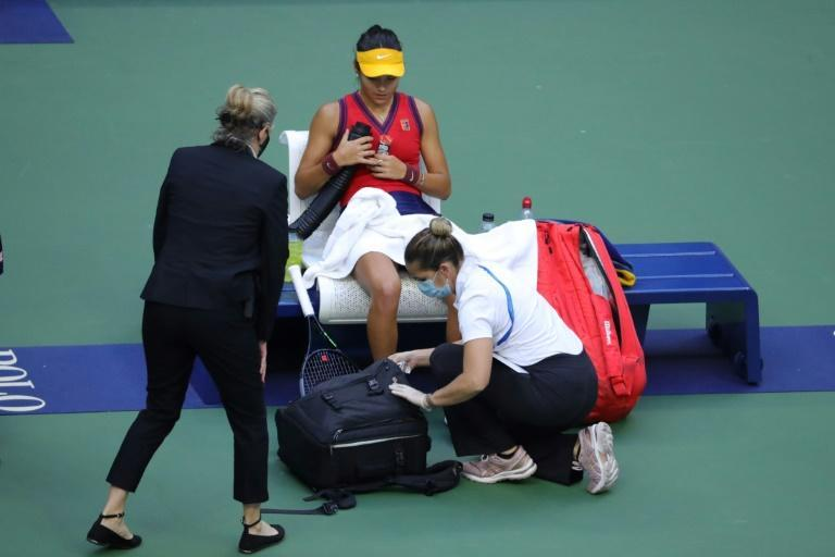 """Emma Raducanu scraped her left knee in the final game, forcing play to halt while a trainer bandaged the wound. """"I didn't actually want to stop because I thought it would disrupt my rhythm."""" (AFP/Kena Betancur)"""