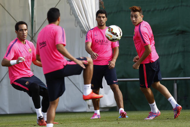 Barcelona's Luis Suarez (C), goalkeeper Claudio Bravo (L) and Munir El Haddadi Mohamed (R) take part in a training session at the Sports Center FC Barcelona Joan Gamper, in Sant Joan Despi, near Barcelona, on August 15, 2014 (AFP Photo/Quique Garcia)