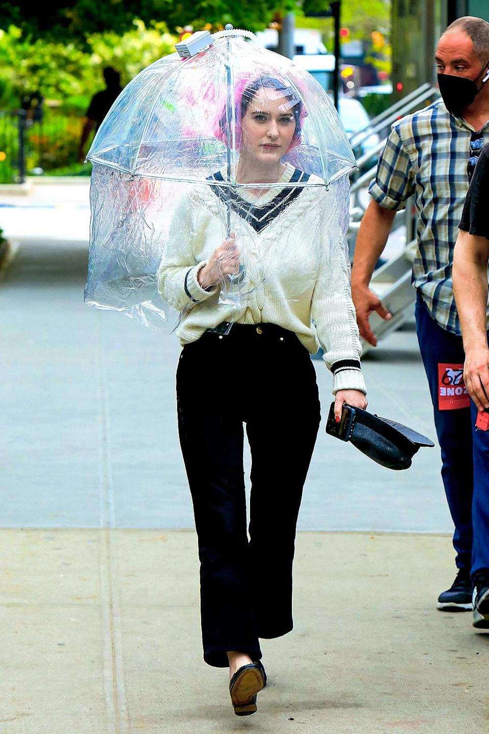 <p>Back under her umbrella, Brosnahan headed to set on May 19. </p>