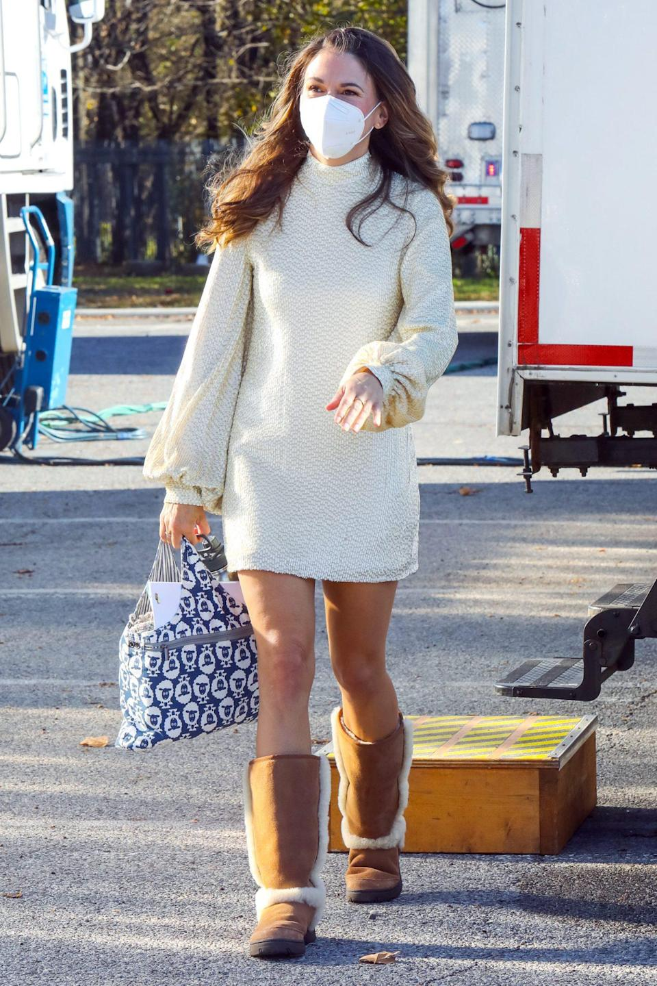 <p>Sutton Foster strolls onto the set of <em>Younger</em> on Tuesday in N.Y.C., wearing a long sleeve dress, white mask and comfy boots.</p>