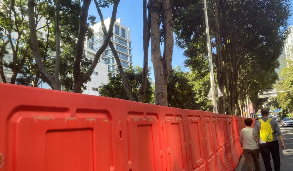 Temporary barriers were set up nearly all the way around the Yantian People's Court, with a sign telling pedestrians to go around. Photo: Phoebe Zhang
