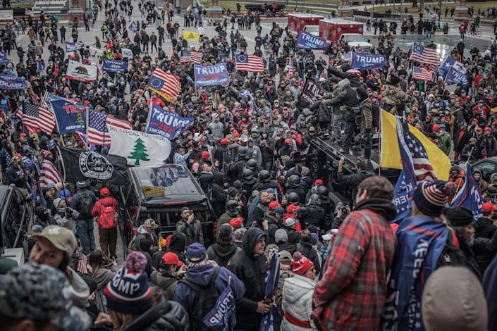 The crowd heads toward the U.S. Capitol