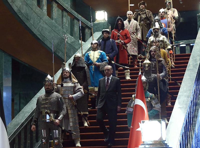 Turkish President Recep Tayyip Erdogan in front of the 16 actors dressed in the military costumes (AFP Photo/Adem Altan)
