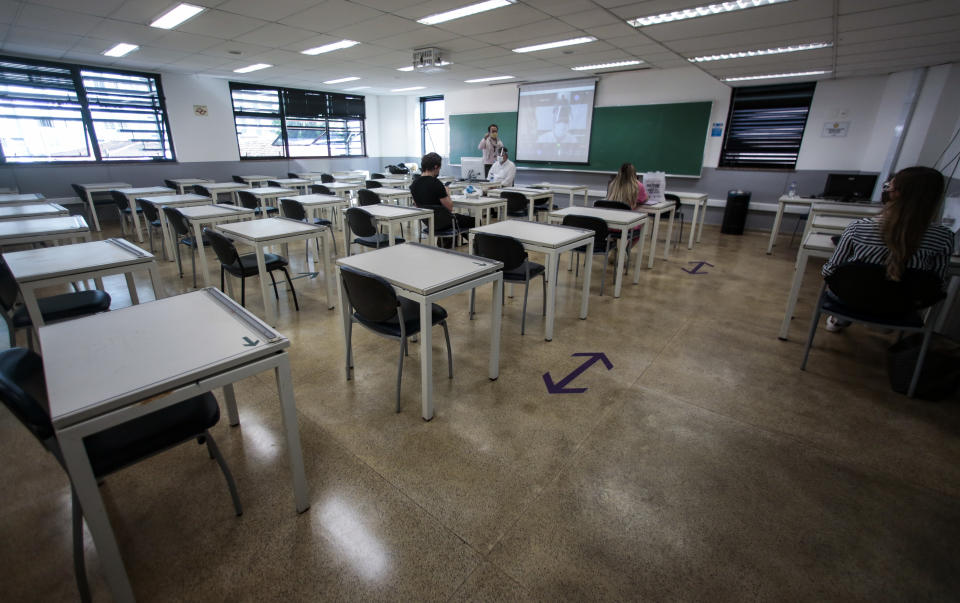 SAO PAULO, BRAZIL - OCTOBER 23: Students in a classroom at the Belas Artes University Centeras part of the gradual return of in-person education amidst the coronavirus (COVID-19) pandemic on October 23, 2020 in Sao Paulo, Brazil. Public and private schools in the state can reopen the doors to carry out on-site extracurricular activities to reinforce and welcome students. (Photo by Miguel Schincariol/Getty Images)