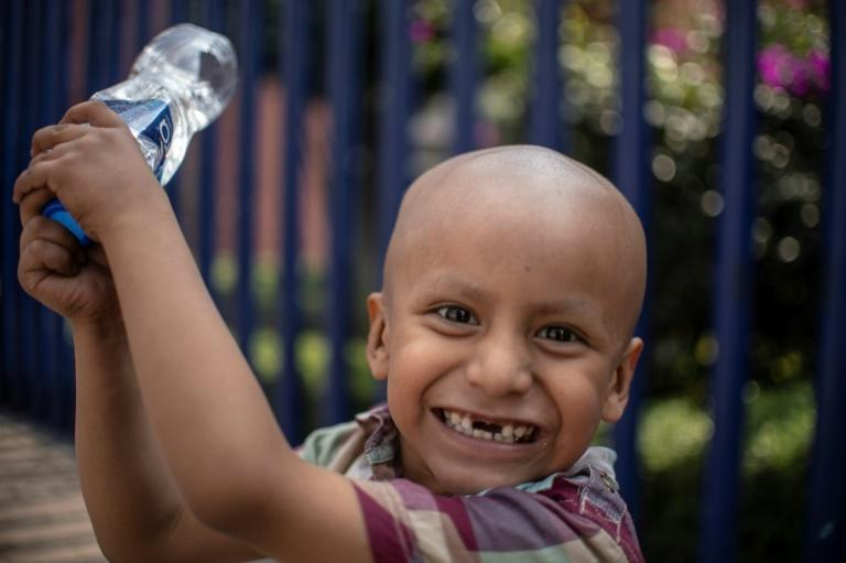 Mexican four-year-old Hermes Soto, diagnosed with cancer, smiles outside the Children's Hospital in Mexico City (AFP Photo/Pedro PARDO)