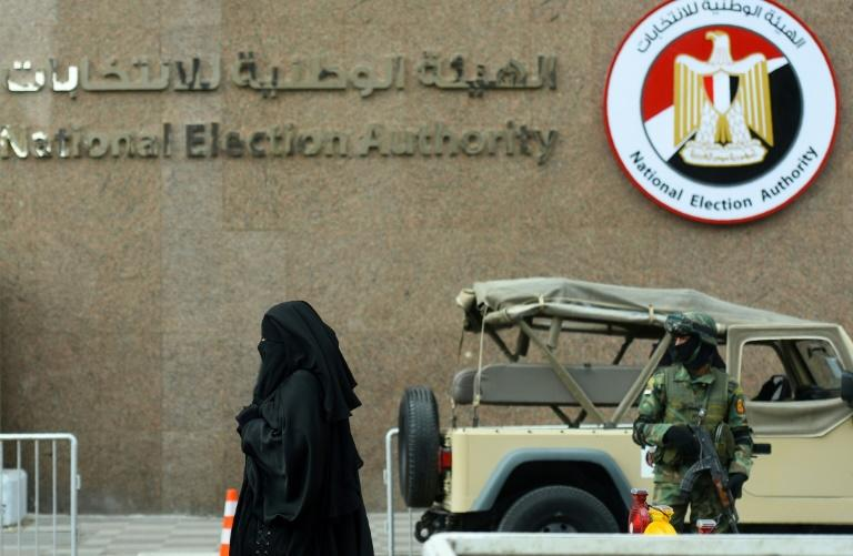 A member of the Egyptian special forces stands guard in front of the National Election Authority, in Cairo on January 24, 2018