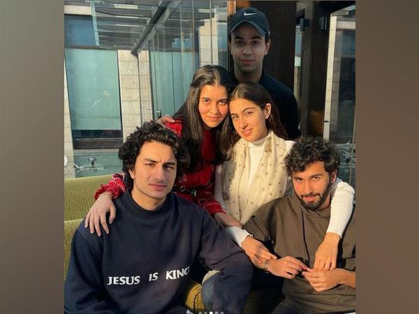Sara Ali Khan with brother Ibrahim Ali Khan and friends (Image Courtesy: Instagram)