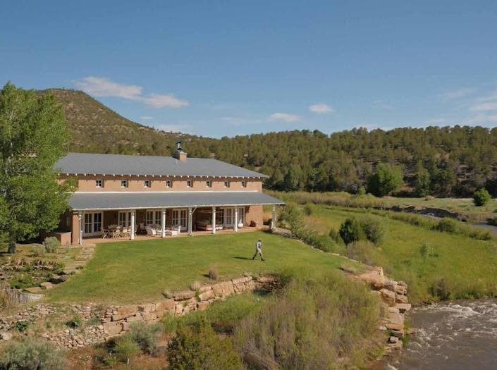 """<p>Fonda spent a couple of years deciding where to build the nearly-10,000-square-foot River House. She also renovated two other houses that already existed on the property, the Hacienda and the Log House, pictured later in the slideshow. <i>(Photo: <a href=""""http://bit.ly/1oZ16Zz"""" rel=""""nofollow noopener"""" target=""""_blank"""" data-ylk=""""slk:Swan Land Company"""" class=""""link rapid-noclick-resp"""">Swan Land Company</a>)</i> <br></p>"""