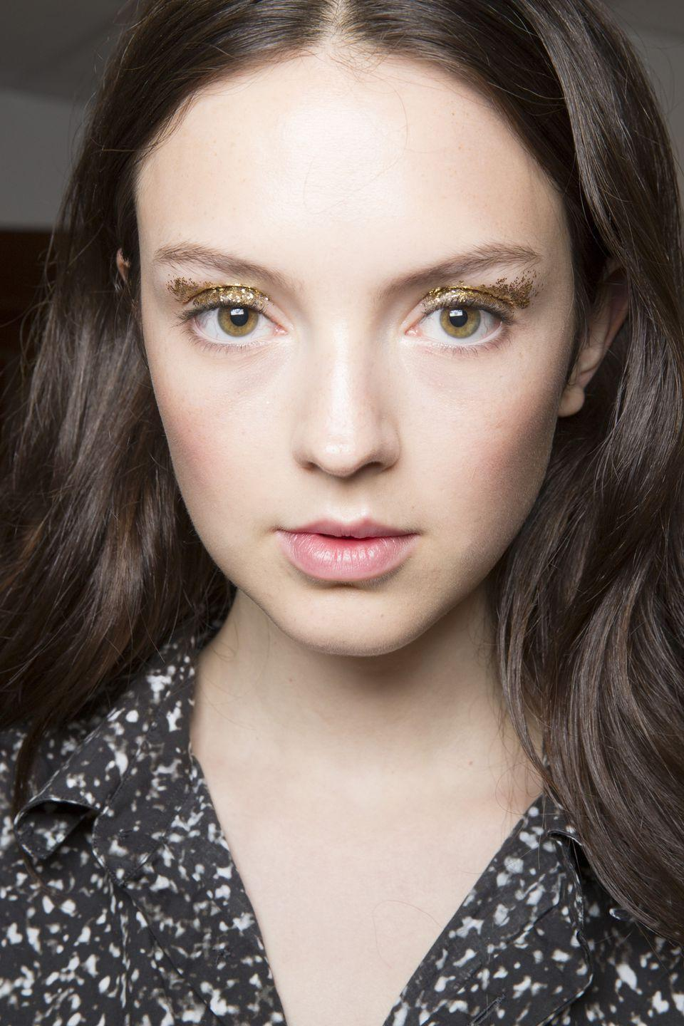 <p>To honor the late designer's sparkle, models at Kate Spade wore a scattering of gold glitter across their eyelids.</p>
