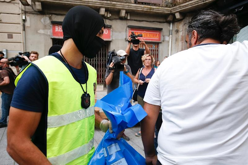 A Catalan police officer holds a bag in Ripoll after carrying out a search linked to Spain's deadly terror attacks (AFP Photo/PAU BARRENA)