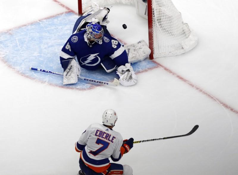 Islanders stay alive with double-overtime win over Lightning