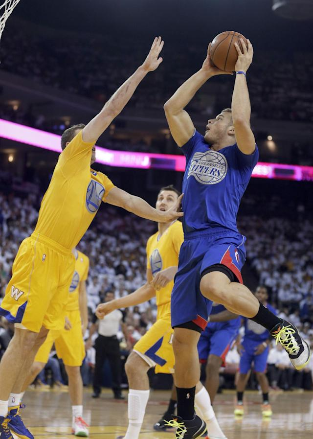 Los Angeles Clippers forward Blake Griffin (32) pulls up for a shot over Golden State Warriors forward David Lee during the first half of an NBA basketball game, Wednesday, Dec. 25, 2013, in Oakland, Calif. (AP Photo/Tony Avelar)