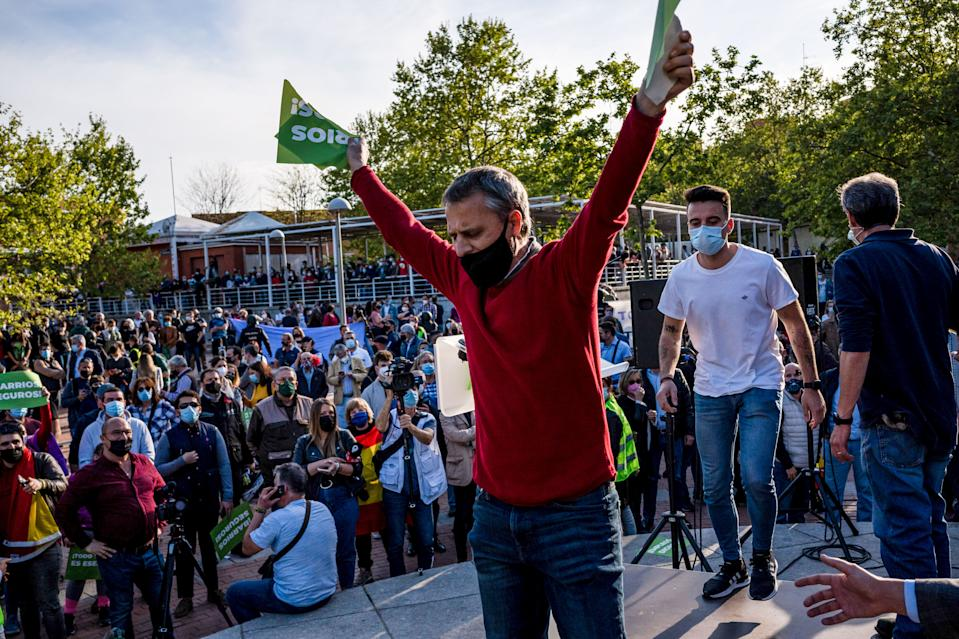 <p>Una persona en contra de Vox rompe un póster del partido durante los disturbios en Vallecas. (Photo by Diego Radames/SOPA Images/LightRocket via Getty Images)</p>