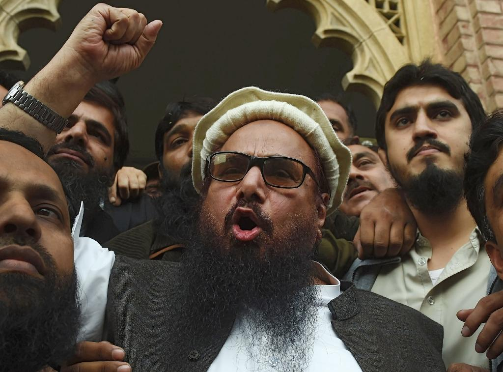 Firebrand cleric Hafiz Saeed (C) speaks to the media after his release order outside a court in Pakistan (AFP Photo/ARIF ALI)