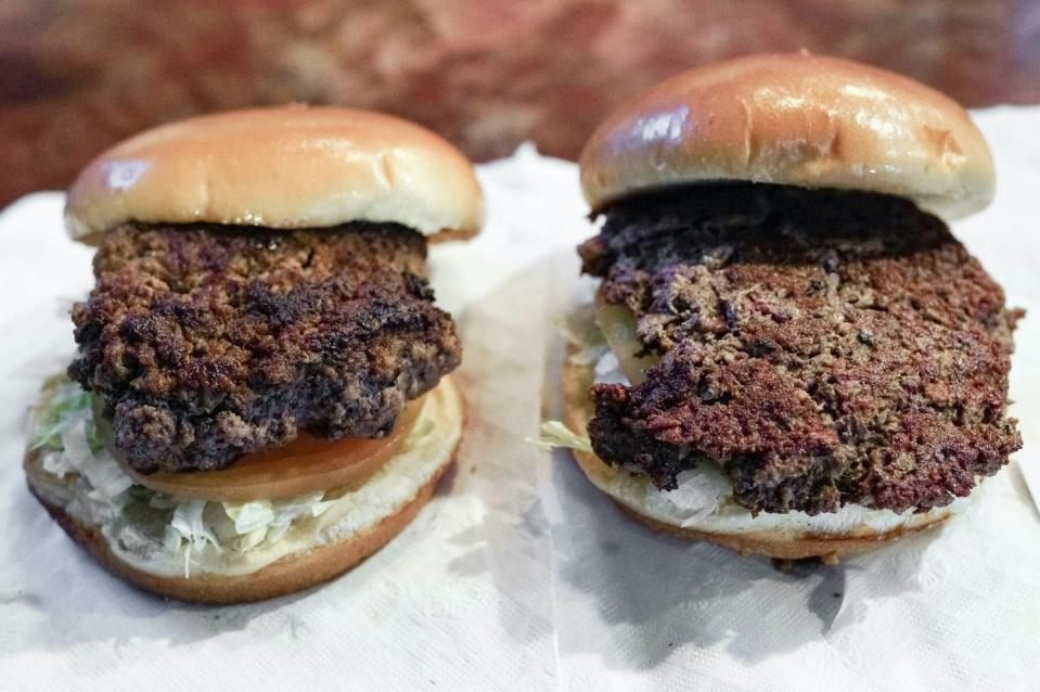 """<span class=""""caption"""">Does being told that a veggie burger, like the one on the right, is better for the environment make you more likely to choose it over beef?</span> <span class=""""attribution""""><a class=""""link rapid-noclick-resp"""" href=""""https://newsroom.ap.org/detail/TheMeaningofMeat/ac432123914f46d5a226b1d023ae1218/photo?Query=plant%20AND%20burger&mediaType=photo&sortBy=arrivaldatetime:asc&dateRange=Anytime&totalCount=53&currentItemNo=20"""" rel=""""nofollow noopener"""" target=""""_blank"""" data-ylk=""""slk:AP Photo/Nati Harnik"""">AP Photo/Nati Harnik</a></span>"""