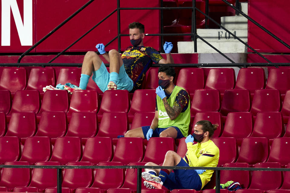 SEVILLE, SPAIN - JUNE 19: Players of FC Barcelona wearing masks on the bench during the Liga match between Sevilla FC and FC Barcelona at Estadio Ramon Sanchez Pizjuan on June 19, 2020 in Seville, Spain. (Photo by Mateo Villalba/Quality Sport Images/Getty Images)
