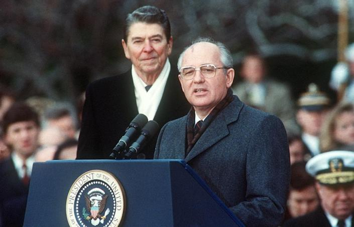 Then Soviet leader Mikhail Gorbachev (R) and US President Ronald Reagan during welcoming ceremonies at the White House on the first day of their disarmament summit on December 8, 1987 (AFP Photo/Jerome DELAY)