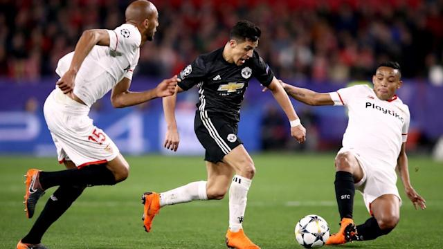 <p>Manchester United's Alexis Sanchez (centre) and Sevilla FC's Steven Nzonzi battle for the ball.</p>