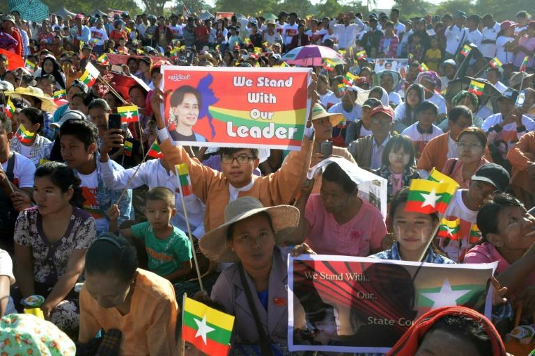 Thousands rallied in the capital Naypyidaw to show their support for Suu Kyi