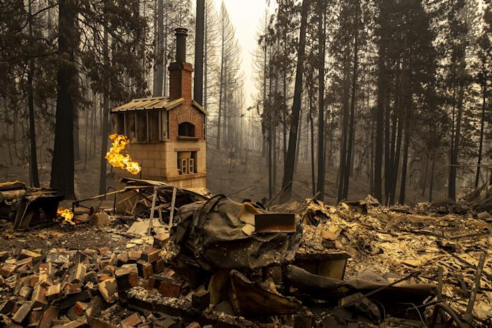 """The North Complex fire destroyed this home on Zink Road in Berry Creek, Calif. <span class=""""copyright"""">(Brian van der Brug / Los Angeles Times)</span>"""