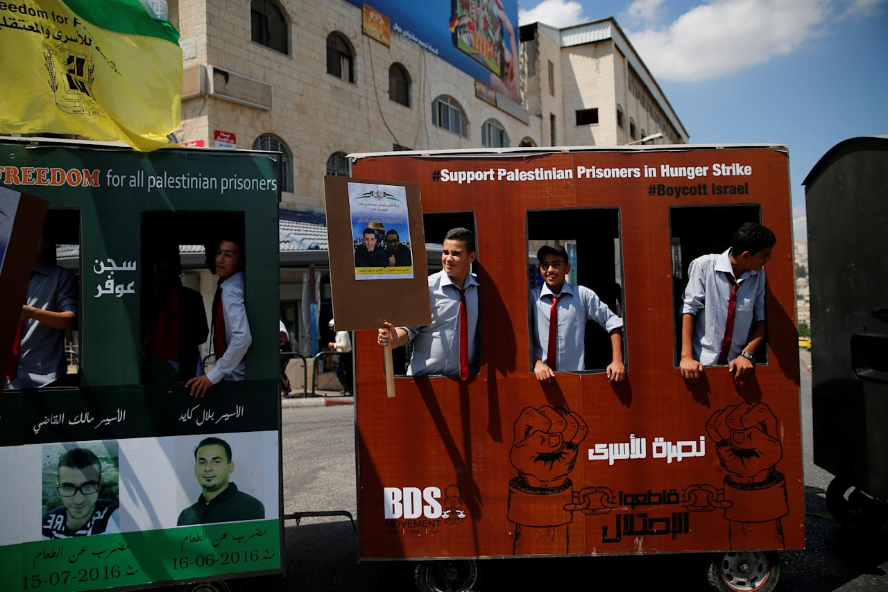 Palestinians ride in a symbolic train during a rally in support of Palestinian prisoners held in Israeli jails, in the West Bank town of Bethlehem September 5, 2016. REUTERS/Ammar Awad
