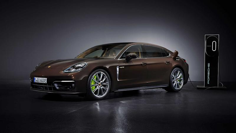 Porsche Panamera S E-Hybrid (2021): Classic view from oblique front, with charging station