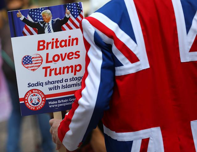 <p>Demonstrators near the U.S. Embassy prepare for a pro-Trump rally during the visit of President Trump, in London, July 14, 2018. (Photo: Simon Dawson/Reuters) </p>