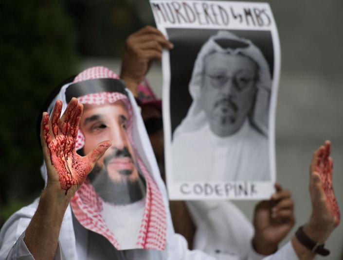 """<span class=""""caption"""">A demonstrator dressed as Saudi Arabian Crown Prince Mohammed bin Salman with blood on his hands protests outside the Saudi Embassy in Washington, D.C., on Oct. 8, 2018.</span> <span class=""""attribution""""><a class=""""link rapid-noclick-resp"""" href=""""https://www.gettyimages.com.mx/detail/fotografia-de-noticias/demonstrator-dressed-as-saudi-arabian-crown-fotografia-de-noticias/1048899574?adppopup=true"""" rel=""""nofollow noopener"""" target=""""_blank"""" data-ylk=""""slk:Jim Watson/AFP via Getty Images"""">Jim Watson/AFP via Getty Images</a></span>"""