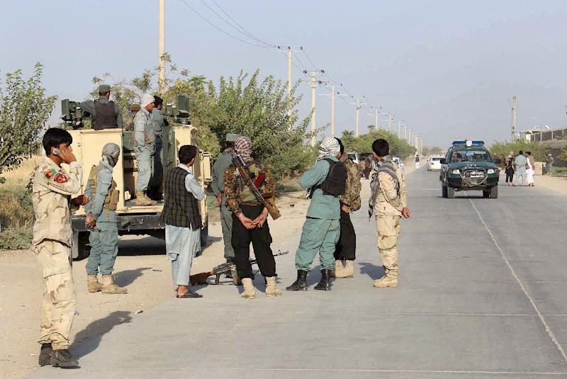 Afghan security forces gather at the roadside a day after Taliban insurgents overran the strategic northern city of Kunduz, on September 29, 2015 (AFP Photo/)