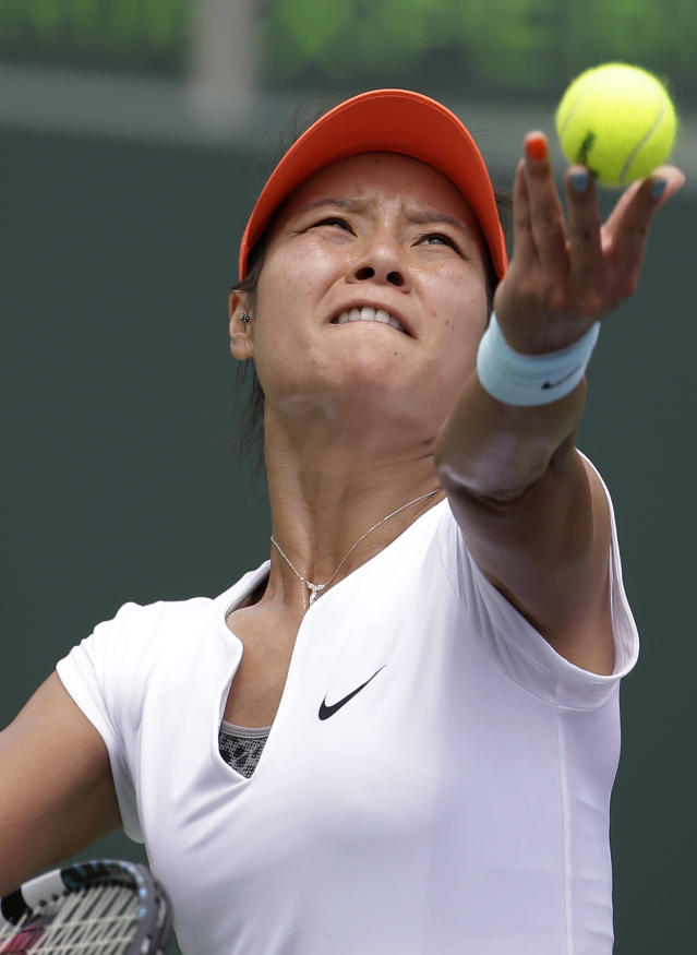 Li Na, of China, tosses the ball to serve to Serena Williams during the women's final at the Sony Open Tennis tournament, Saturday, March 29, 2014, in Key Biscayne, Fla. (AP Photo/Lynne Sladky)