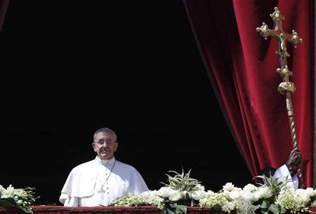 Pope Francis arrives to deliver the Urbi et Orbi (to the city and the world) benediction at the end of the Easter Mass in Saint Peter's Square at the Vatican April 20, 2014. REUTERS/Tony Gentile