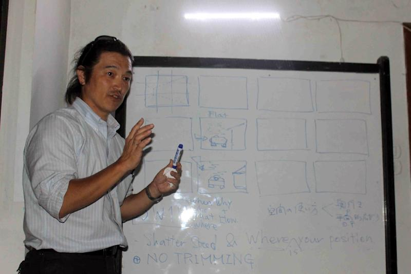A picture taken on April 30, 2014 shows Japanese journalist Kenji Goto leading a training seminar for Syrian journalists in the northern Syrian city of Aleppo