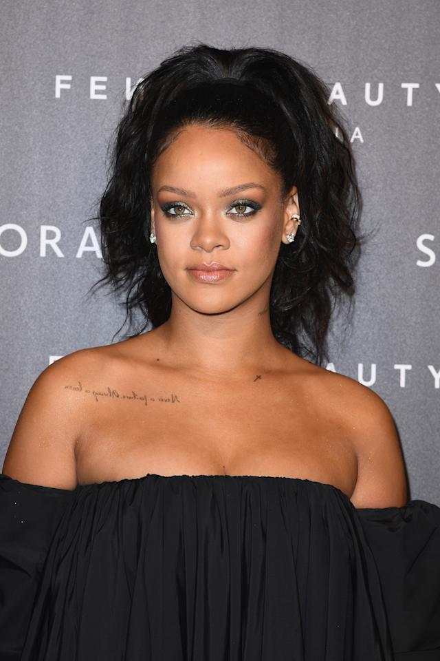 "<p>Rihanna lance son parfum ""Fenty Beauty"" à Paris en robe ample mais sexy </p>"