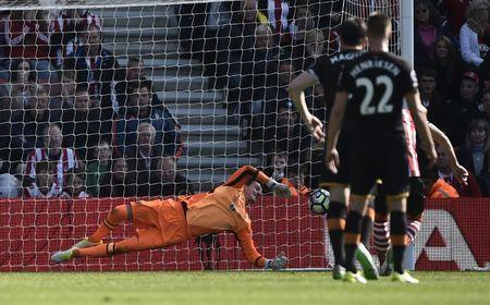 Britain Football Soccer - Southampton v Hull City - Premier League - St Mary's Stadium - 29/4/17 Hull City's Eldin Jakupovic saves a penalty from Southampton's Dusan Tadic Reuters / Hannah McKay Livepic