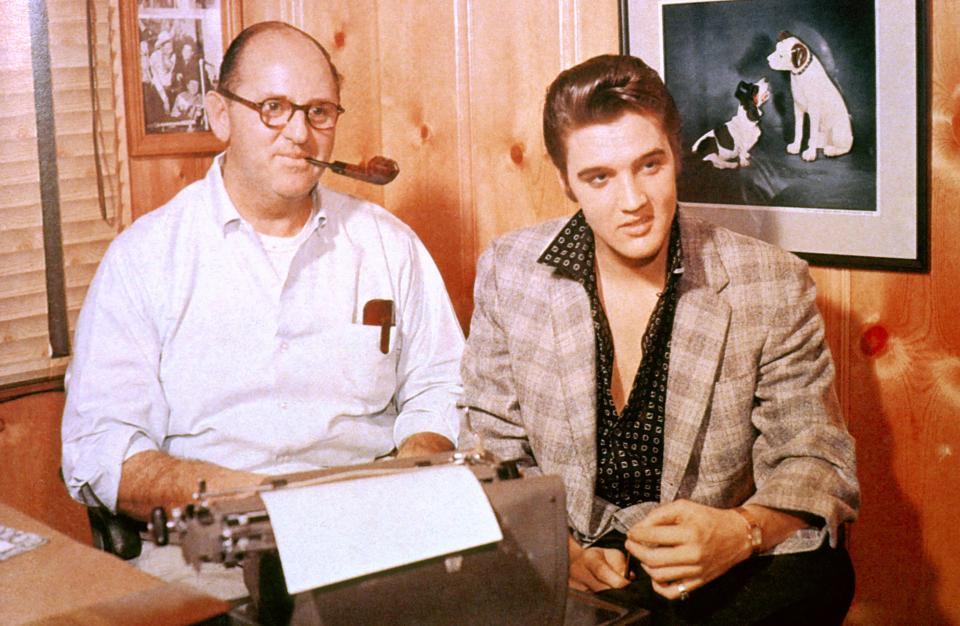 UNITED STATES - JANUARY 01:  (AUSTRALIA OUT) USA  Photo of Colonel Tom PARKER and Elvis PRESLEY, with manager Colonel Tom Parker - posed, c.1956/1967  (Photo by GAB Archive/Redferns)