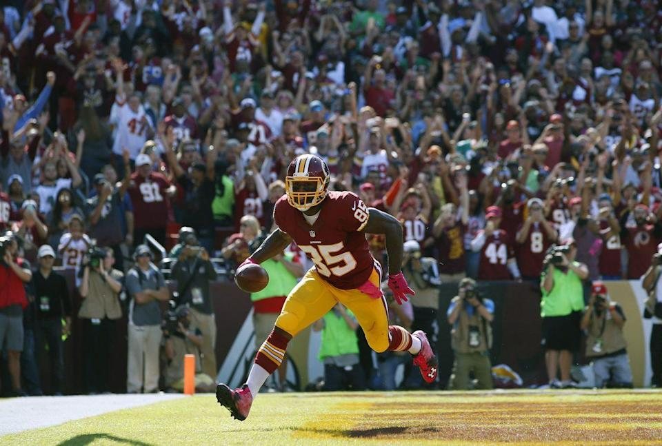 Washington Redskins tight end Vernon Davis scores a touchdown in the first half of an NFL football game against the Philadelphia Eagles, Oct. 16, 2016, in Landover, Md. (Photo: Alex Brandon/AP)