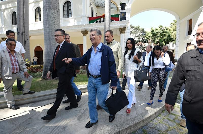 The new president of the National Assembly Henry Ramos Allup (C) heads to a press conference in Caracas, on January 8, 2016 (AFP Photo/Juan Barreto)