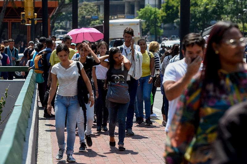 Commuters unable to use the subway due to a partial power cut, flock to the streets in Caracas (AFP Photo/Federico PARRA)