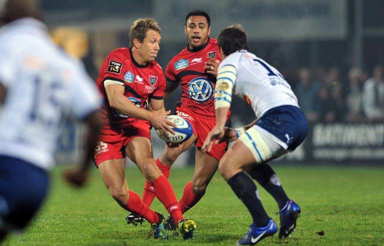 Agen's centre Miguel Avramovic (R) fights for the ball with Toulon's fly-half Jonny Wilkinson (L) and lock Jocelino Suta during their French Top 14 rugby union match on December 22, 2012, in the French southern city of Agen. Wilkinson overcame a nervous display but still kicked all of Toulon's points in a gritty 15-9 win over struggling Agen