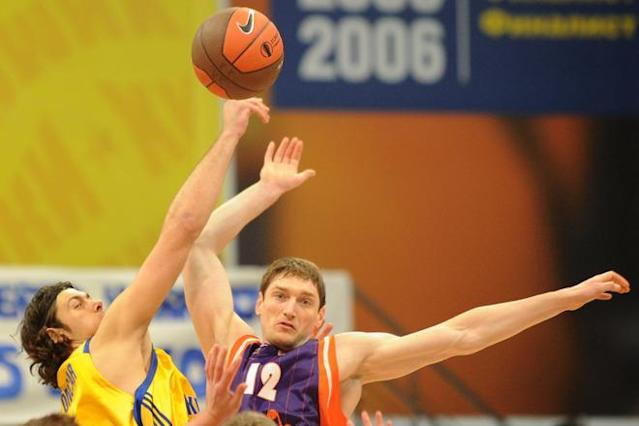 Valencia's Serhiy Lishchuk vies with BC Khimki's Kresimir Loncar (L) during the Eurocup final basketball match between BC Khimki and Valencia in Khimki, outside Moscow on April 15, 2012. AFP PHOTO / KIRILL KUDRYAVTSEV