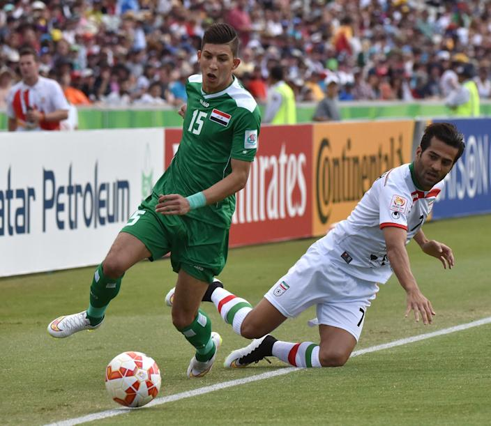 Iraq's Dhurgham Ismael (L) and Iran's Masoud Shojaei during their Asian Cup match in Canberra on January 23, 2015 (AFP Photo/Mark Graham)