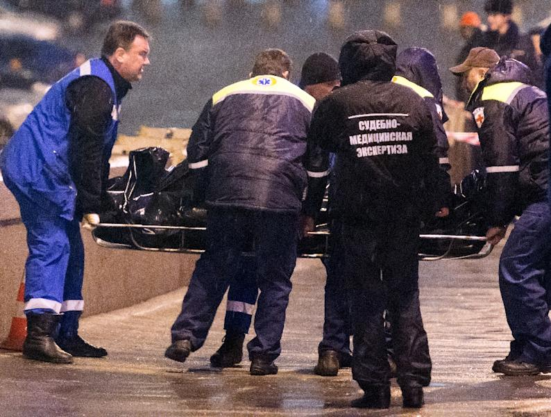 Russian paramedics remove the body of opposition leader Boris Nemtsov from the site where he was shot dead on the Moskvoretsky bridge near St. Basil cathedral in Moscow, on February 28, 2015 (AFP Photo/Dmitry Serebryakov)