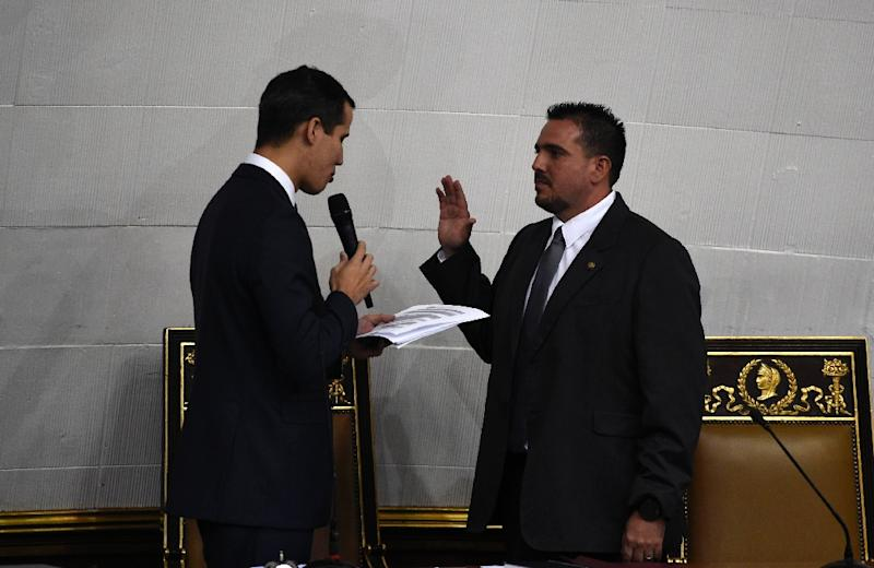 The president of Venezuela's National Assembly, Juan Guaido (L), swears in second vice president Stalin Gonzalez during the inauguration ceremony in Caracas for a new Assembly session (AFP Photo/Federico Parra                      )